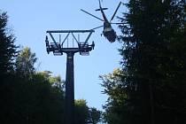 Se sloupy při stavbě lanovky pomohl vrtulník.