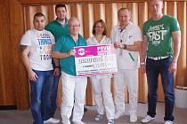 Organizátoři romského plesu předali šek na peníze vedení dětské kliniky.