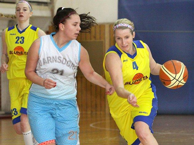 Basketbalistky Slunety (vpravo Koubová) padly v posledním kole základní části na půdě Sparty.