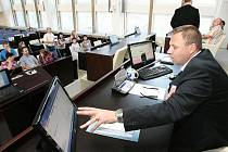 Výhodou rekonstruované zasedací místnosti magistrátu je nový systém hlasování. To je nyní elektronické, takže bude možné zpětně vyhledat, kdo jak hlasoval (každý zastupitel bude mít svou eletronickou kartu).