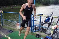 Mosazný muž, závod ve sprinttriatlonu v Povrlech, jako první vylezl z vody pozdější vítěz Filip Zouhar.