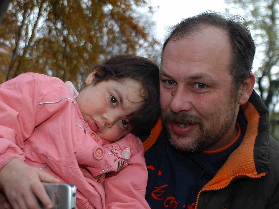 Nemocná Terezka s tatínkem
