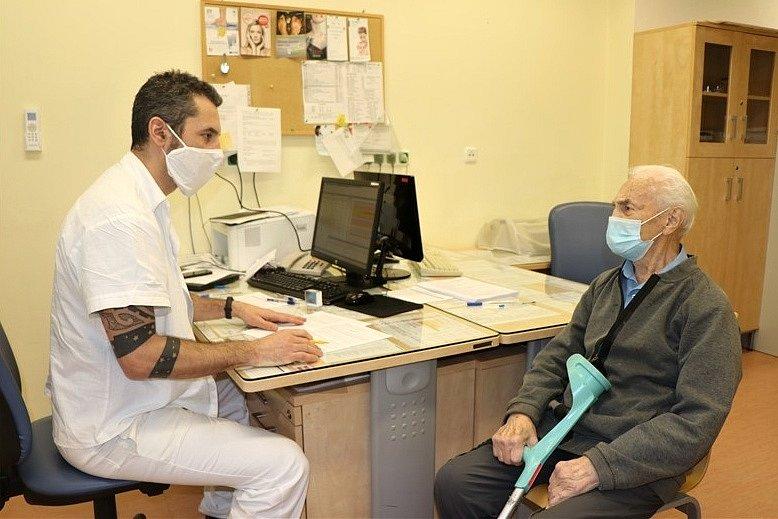 Každý zájemce o očkování proti nemoci covid-19 prochází nejprve lékařskou prohlídkou. Ústečan Alois Randus před aplikací vakcíny na kontrole u lékaře Vasila Molnára.