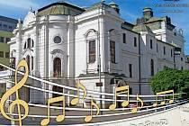 Promenádní koncerty u divadla začínají ve čtvrtek 27. května.