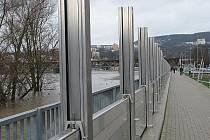 Protipovodňové bariéry na Střekovském nábřeží.