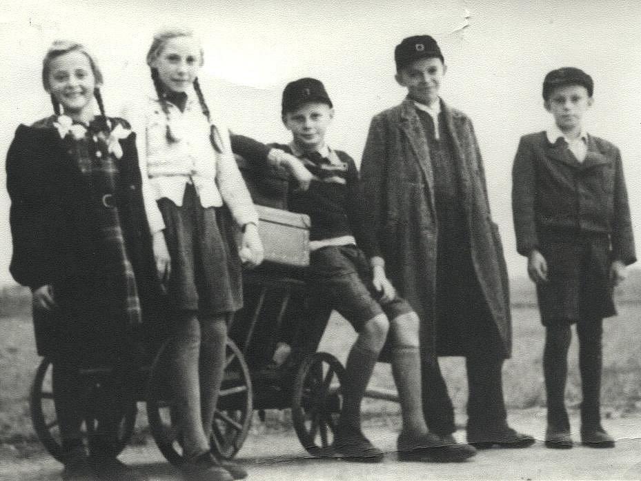 Jurij Koch (úplně vpravo) s dětmi z Lužice na cestě do Varnsdorfu (1947).