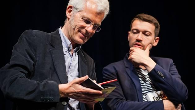 Stephen Clarke, Lukáš Hejlík a kniha, okolo níž se nyní vše točí.