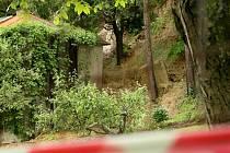 Podle geologů je třeba místo nad domy a zahradami monitorovat. Ilustrační foto.