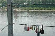 Před několika měsíci Ústečanka Petra Langová pověsila na lávku od ústeckého nádraží k přístavišti zámeček lásky pro svoji dceru. Nyní ocelové lano, na kterém visel, někdo přeřezal. Zámky nejspíše skončily v Labi.