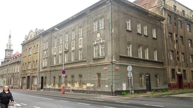 Mezi omšelými řadovými činžáky by dnes málokdo hledal první českou spolkovou restauraci Česká beseda. Zmizela v devadesátých letech.