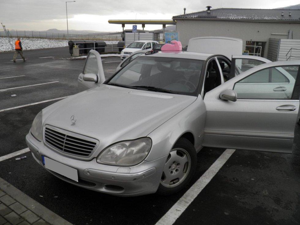 Mercedes byl plný marihuany.