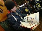 Autogramiádu před ústeckým utkáním hvězd navštívily stovky fanoušků.