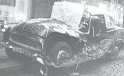 V srpnu 1968 zůstaly v ulicích na začátku okupace po střetu se Sověty vraky auta.
