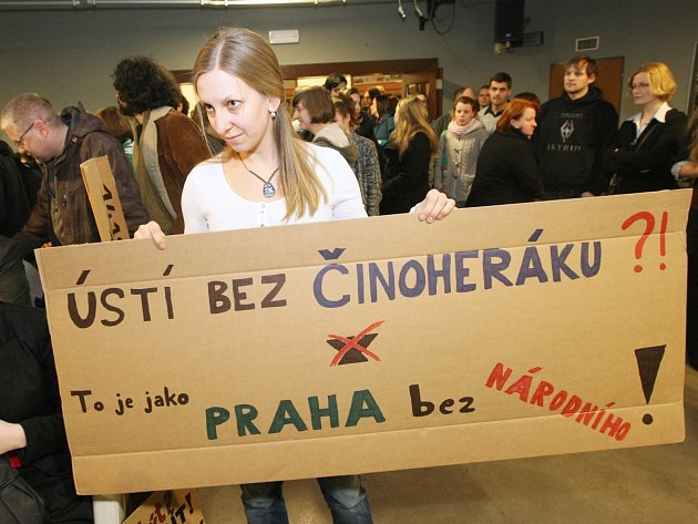 Vyjádřit podporu souboru Činoherního studia přišly v pátek večer desítky Ústečanů.