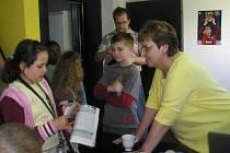 Při exkurzi žáků ZŠ Brná povídala Veronice o své práci také Jitka Stuchlíková.