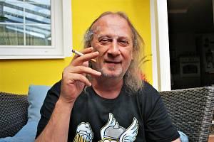 Bubeník kapely Kabát Radek Hurčík zvaný Hurvajs na terase svého domu v Dubí na Teplicku.
