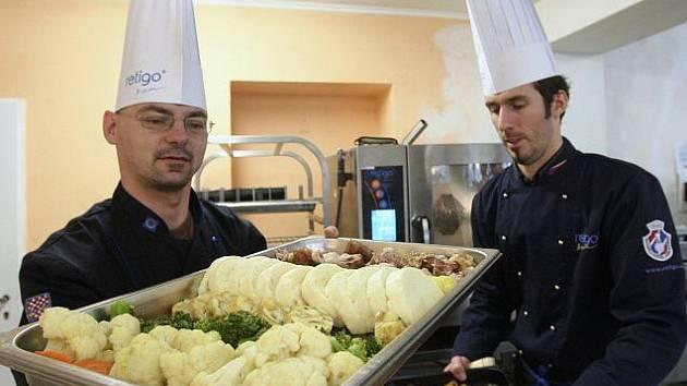 Fotoreportér Deníku si vyzkoušel práci předvádějících kuchařů, kteří prezentují novou horkovzdušnou troubu.