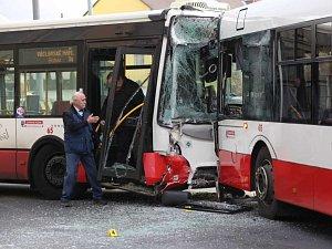 Autobus se v Předlicích srazil s trolejbusem.