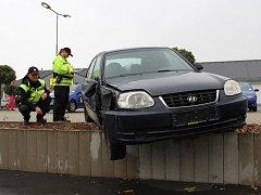 U obchodního centra v Krásném Březně nedaleko areálu Corsa si odložil neznámý filuta bouraný vrak osobního automobilu a odešel.