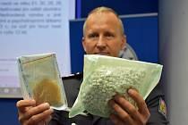 Martin Charvát, vedoucí odboru obecné kriminality policie Ústeckého kraje, se zadrženými léčivy a pervitinem.