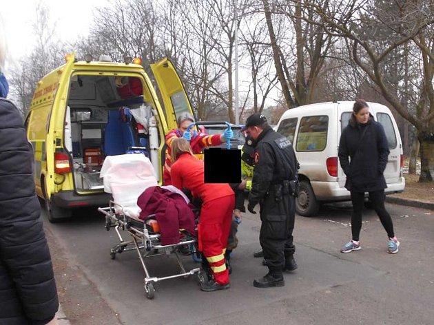 Zdravotní záchranná služba ženu odvezla do Masarykovy nemocnice k vyšetření.