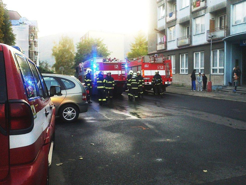 """Požár na ubytovně """"modrá"""" vyhnal nájemníky a zaměstnal hasiče."""