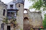 Ještě dnes hradní areál udivuje sice nevelkými rozměry, ale smělým řešením přímo na skále nad řekou.