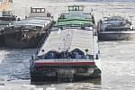 Lodní dopravu na Labi komplikuje led. Vyjet musel remorkér, aby led prorážel a zabránil tak poškození ukotvených lodí.