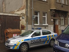 Policisté dorazili na místo činu ve Varšavské ulici.