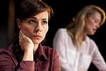 Kateřina Winterová v komedii Úča musí pryč! V pozadí Linda Rybová.