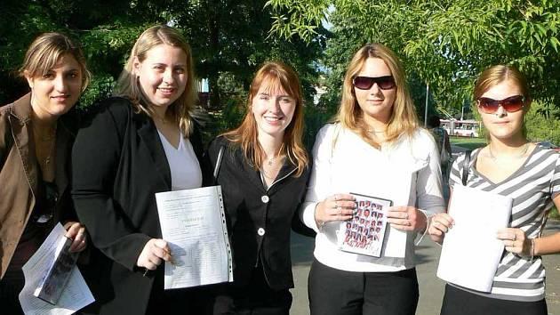 Vysvědčení před zkouškami dříve dostaly i Veronika Thiemová a její spolužačky