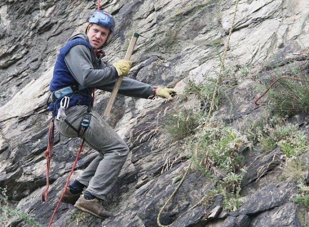Na hradě Střekov došlo v polovině června ke zřícení podmáčené části skály. Horolezci proto odstraňují uvolněné kameny.