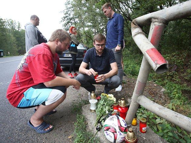Pietní místo mezi Ústím nad Labem a Chlumcem připomíná středeční tragickou dopravní nehodu.