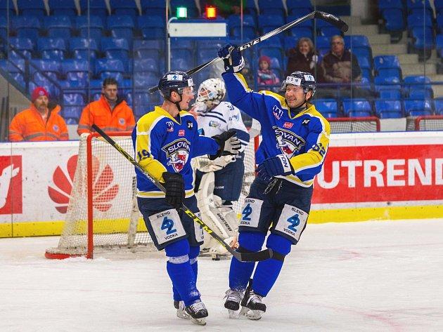 Útočníci Slovanu Jiří Kuchler (vlevo) a Petr Tenkrát se radují z branky do sítě Kladna, kde oba strávili většinu své kariéry.