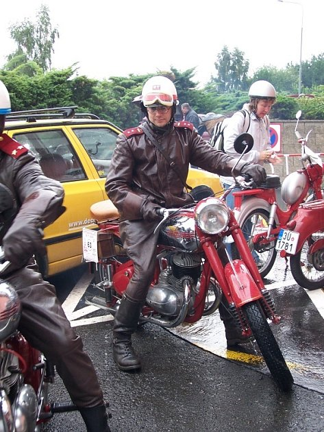 Pavel Ráž a pérák. Zmotocyklů pod značkou Jawa je Pérák nejpopulárnější.