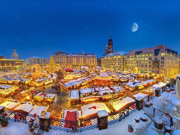 Ani letos nebude na vánočním trhu Striezelmarkt chybět obří vánoční strom.