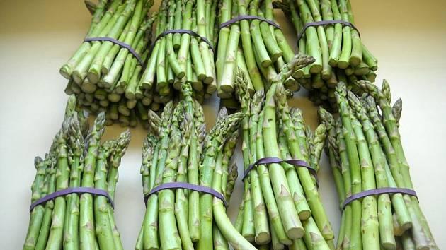 Jak již jeho latinský název Asparagus officinalis napovídá, patří chřest do druhu asparágusů, kterých je na světě asi 300.