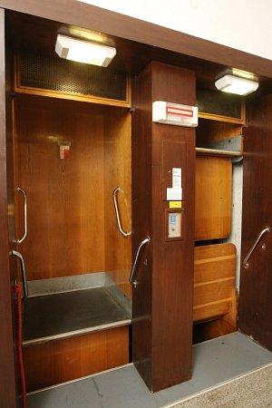 Jeden zmála fungujících oběžných výtahů vČeské republice, zvaných páternoster.