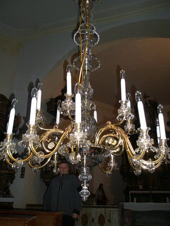 Renovovaný křišťálový lustr, který se vTisé rozsvítil 25.prosince.