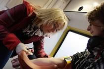 Veronika  Berková při testování veřejnosti na HIV.