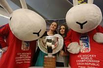 Ústečané se fotili u poháru z hokejového mistrovství světa. Přišli i králíci z klobouku.