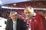 Hokejový Fantomas Vasil Simkovič s legendárním komentátorem Petrem Vichnarem.