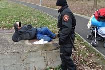 Ústečtí strážníci se potýkají s bezdomovci.