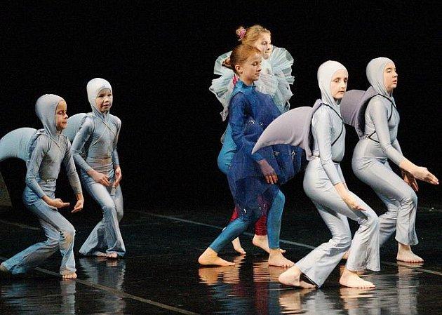 Přehlídka dětských scénických tanců v ústeckém divadle.