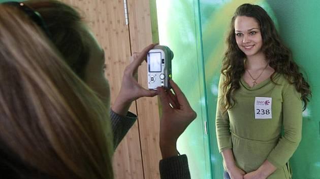PORTRÉTY KRÁSEK. Budoucím modelkám se v kavárně  ve Foru dělali také fotodetaily obličeje a měřily míry.