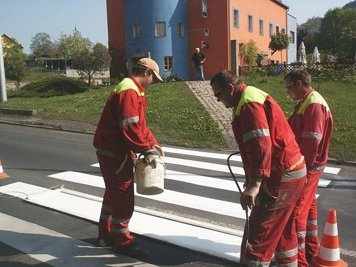 V rámci bezpečnosti obyvatel Severní Terasy nechala obvodní radnice obnovit nástřiky zeber na přechodech pro chodce.