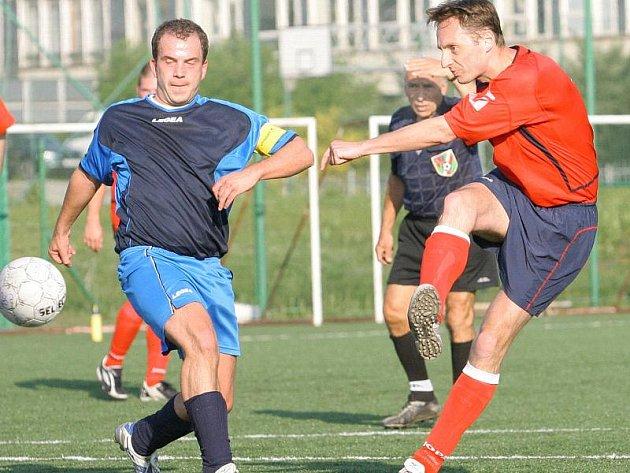 V utkání druhé fotbalové třídy bojují o míč Zachariáš (vlevo) z Velkého Chvojna a Minařík z celku SKP.