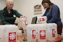 Úředníci z ústeckého magistrátu Oblastní charitě Ústí nad Labem zapečetili 35 pokladniček na letošní Tříkrálovou sbírku.