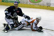 Hokejisté Ústeckých Lvů s přehledem zvítězili na ledě posledního Mostu a vedou soutěž už o sedm bodů. Zítra přivítají celek Hradce Králové, který porazil Chomutov.
