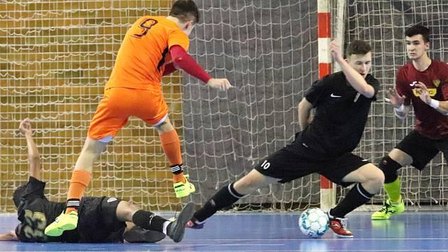 Junioři Rapidu Ústí n/L (v černém) podlehli i Tangu Hodonín (oranžoví) a jsou po 4- kole 1. ligy bez bodového zisku.